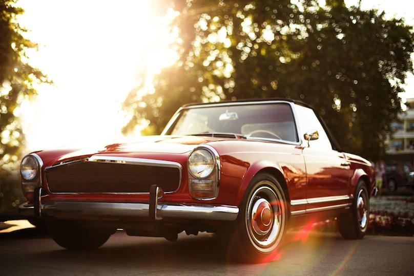 Vintage model de voiture sur la route au soleil